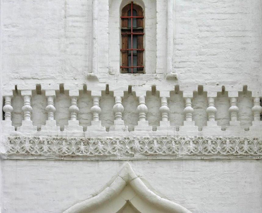 Ornamental bend in the central part of the southern facade