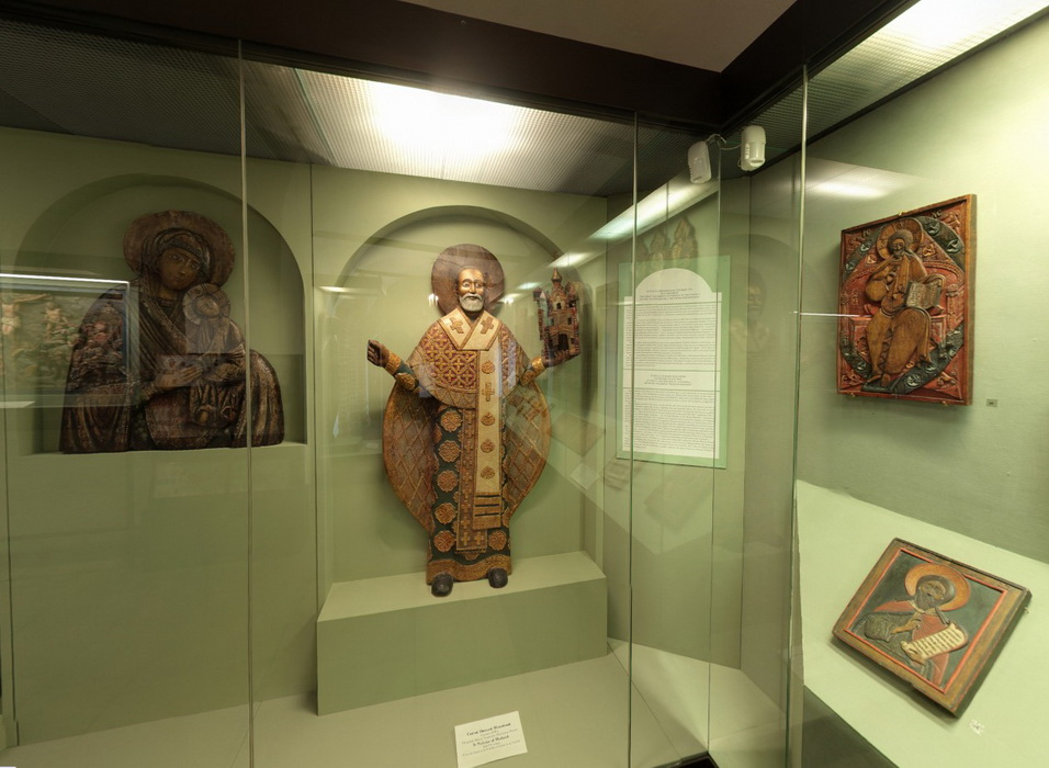 Exposition in the 2nd showcase of Russian wooden sculpture